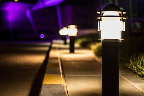 Kostenloses Stock Foto zu abend, beleuchtet, beleuchtung, bürgersteig