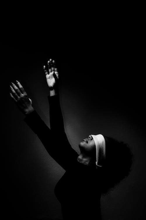 女人, 擺姿勢, 漆黑, 美麗的女人 的 免费素材图片