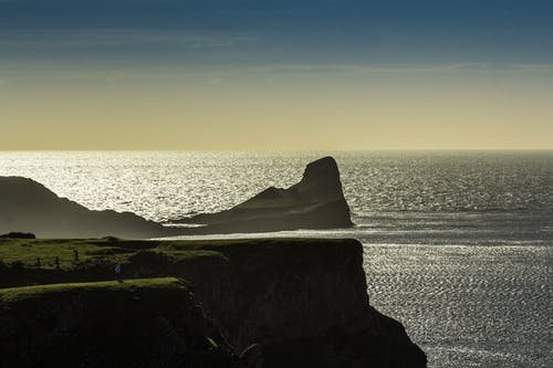 在晴朗的天空下海附近的悬崖