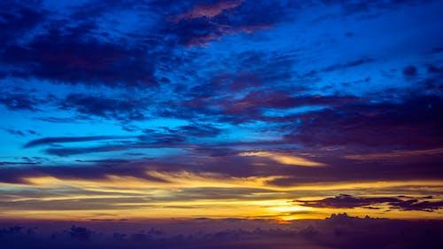 Nubes Grises Y Cielo Azul Durante La Hora Dorada