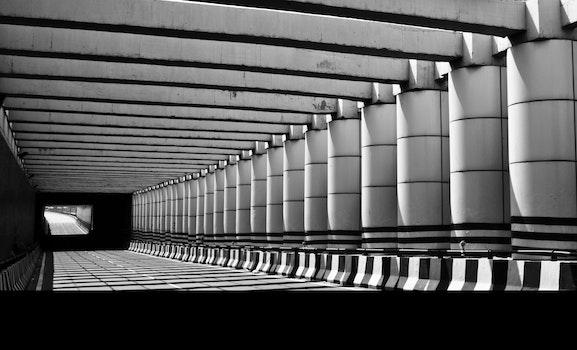 Kostenloses Stock Foto zu schwarz und weiß, straße, architektur, pfeiler