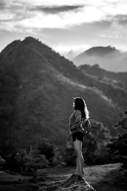 Δωρεάν στοκ φωτογραφιών με άνθρωπος, ασπρόμαυρο, βουνό, γυναίκα