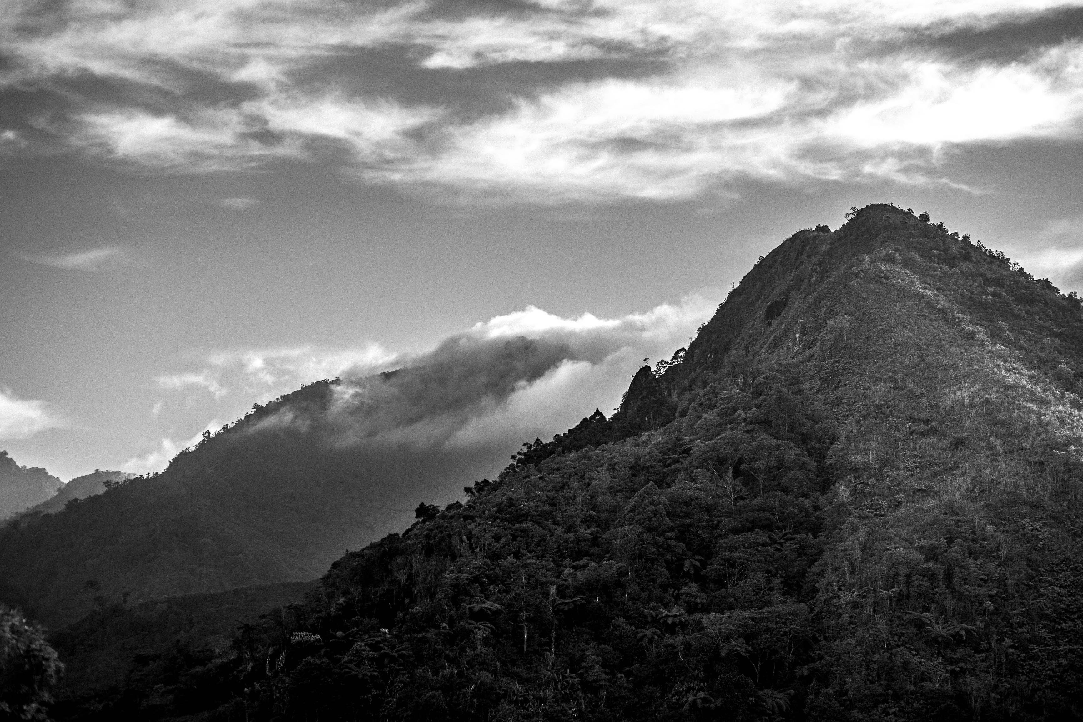 Gratis lagerfoto af bjerg, landskab, skyer, sort og hvid
