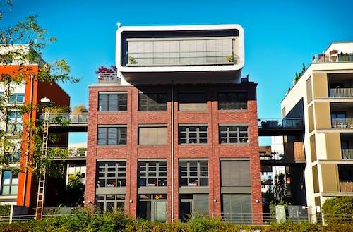 Darmowe zdjęcie z galerii z apartament, architektura, błękitne niebo, budowa