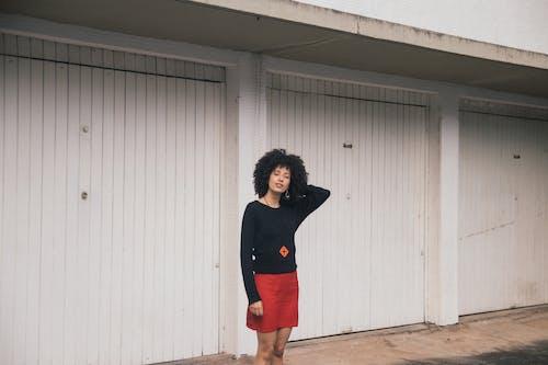 Бесплатное стоковое фото с женщина, мода, одежда, стена