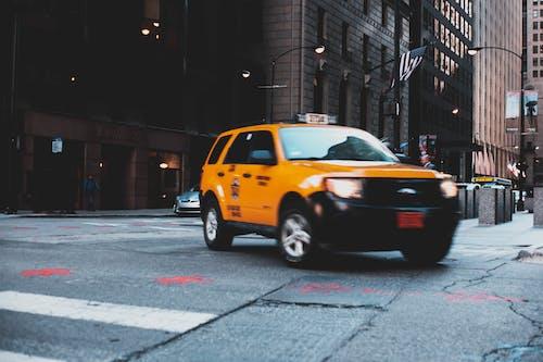 Kostnadsfri bild av bil, bråttom, brott, byggnader