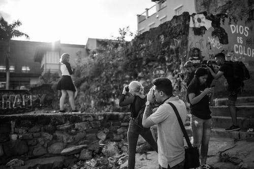 Ilmainen kuvapankkikuva tunnisteilla ihmiset, kävellä, luokka, mustavalkoinen