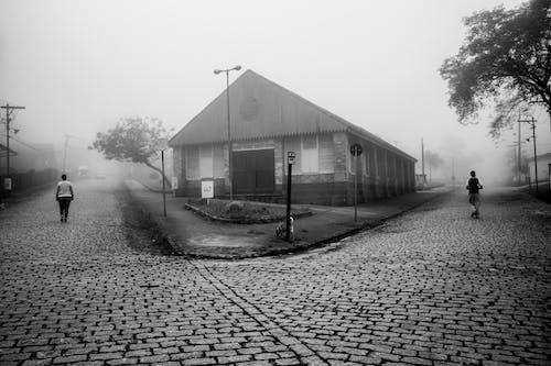 Gratis arkivbilde med arkitektur, gate, mennesker, svart-hvitt