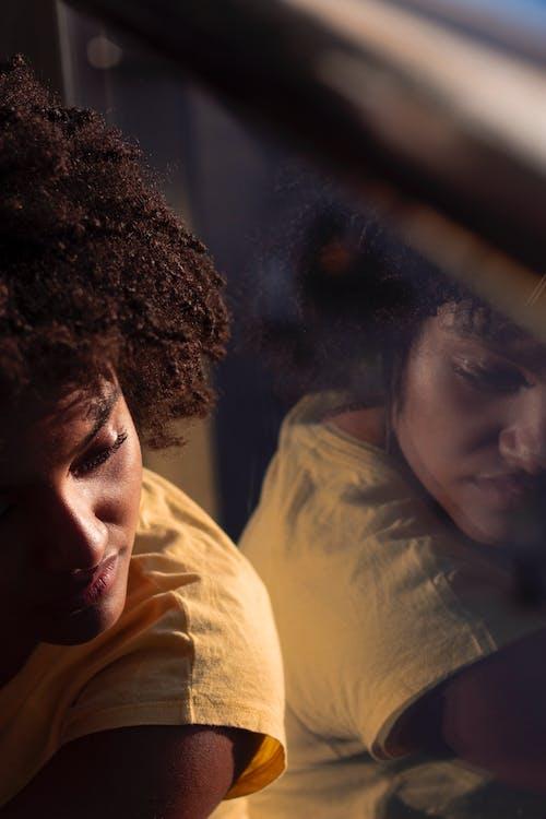 Kostenloses Stock Foto zu farbige frau, frau, person, reflektierung
