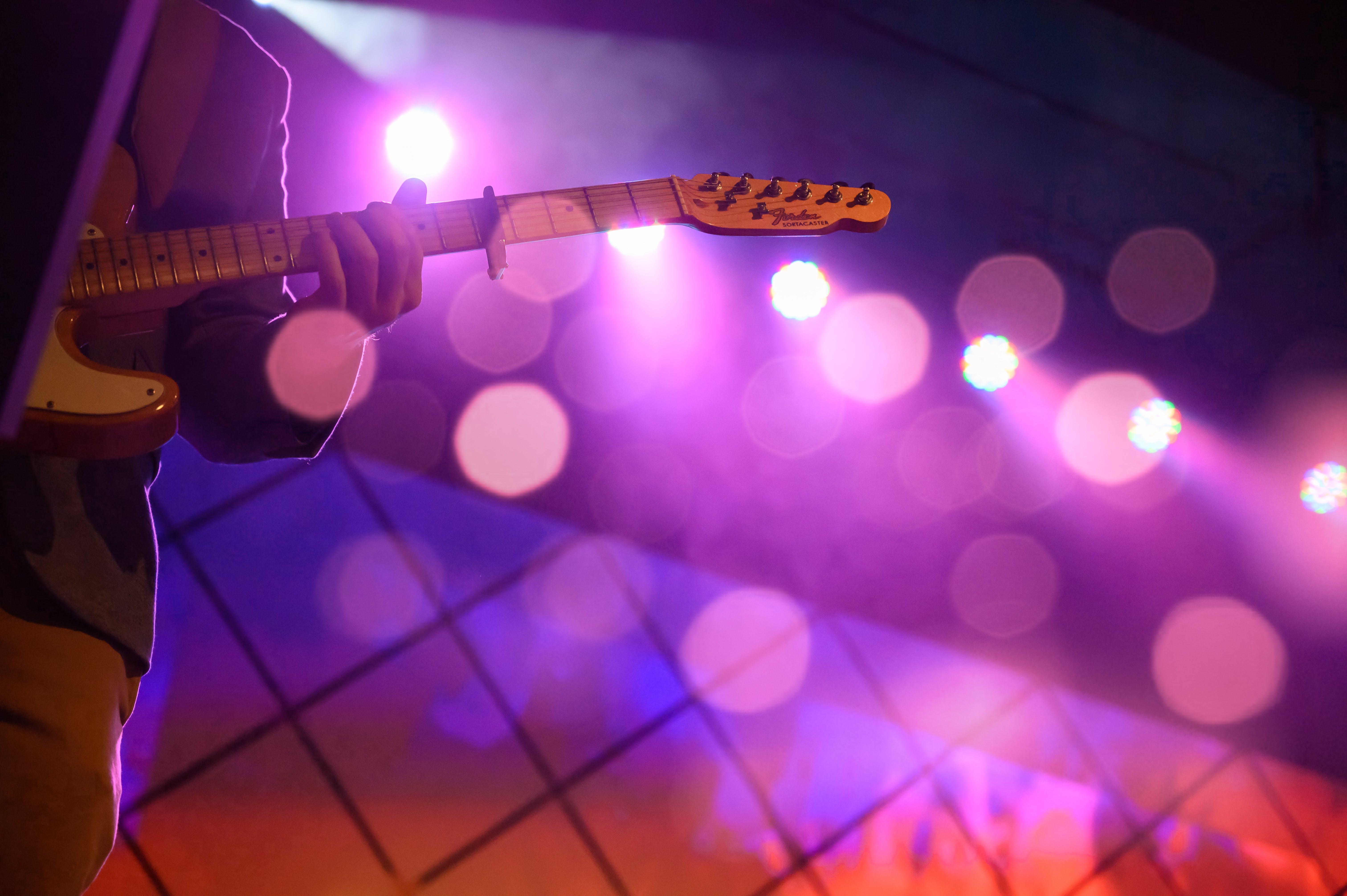 Immagine gratuita di chitarra, musicista, persona, strumento a corda