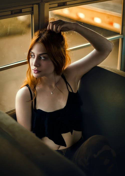 Foto d'estoc gratuïta de assegut, bonic, cabells pèl-roigs, dona