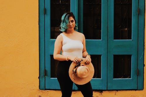Gratis lagerfoto af brunette, fotosession, fritidstøj, gul væg