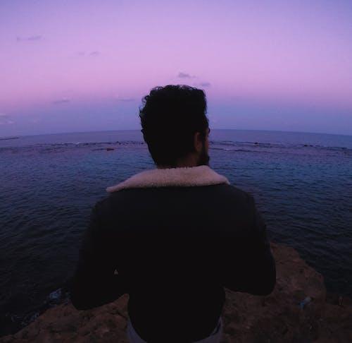 Δωρεάν στοκ φωτογραφιών με backpacker, άνθρωπος στη θάλασσα, μοβ