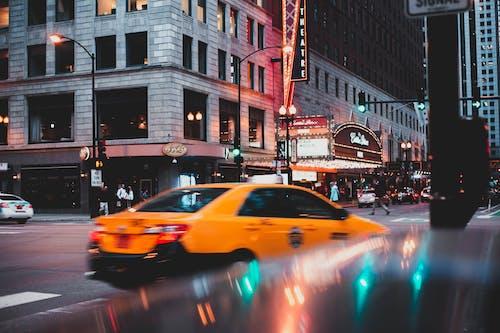 Бесплатное стоковое фото с автомобиль, вечер, город, дорога