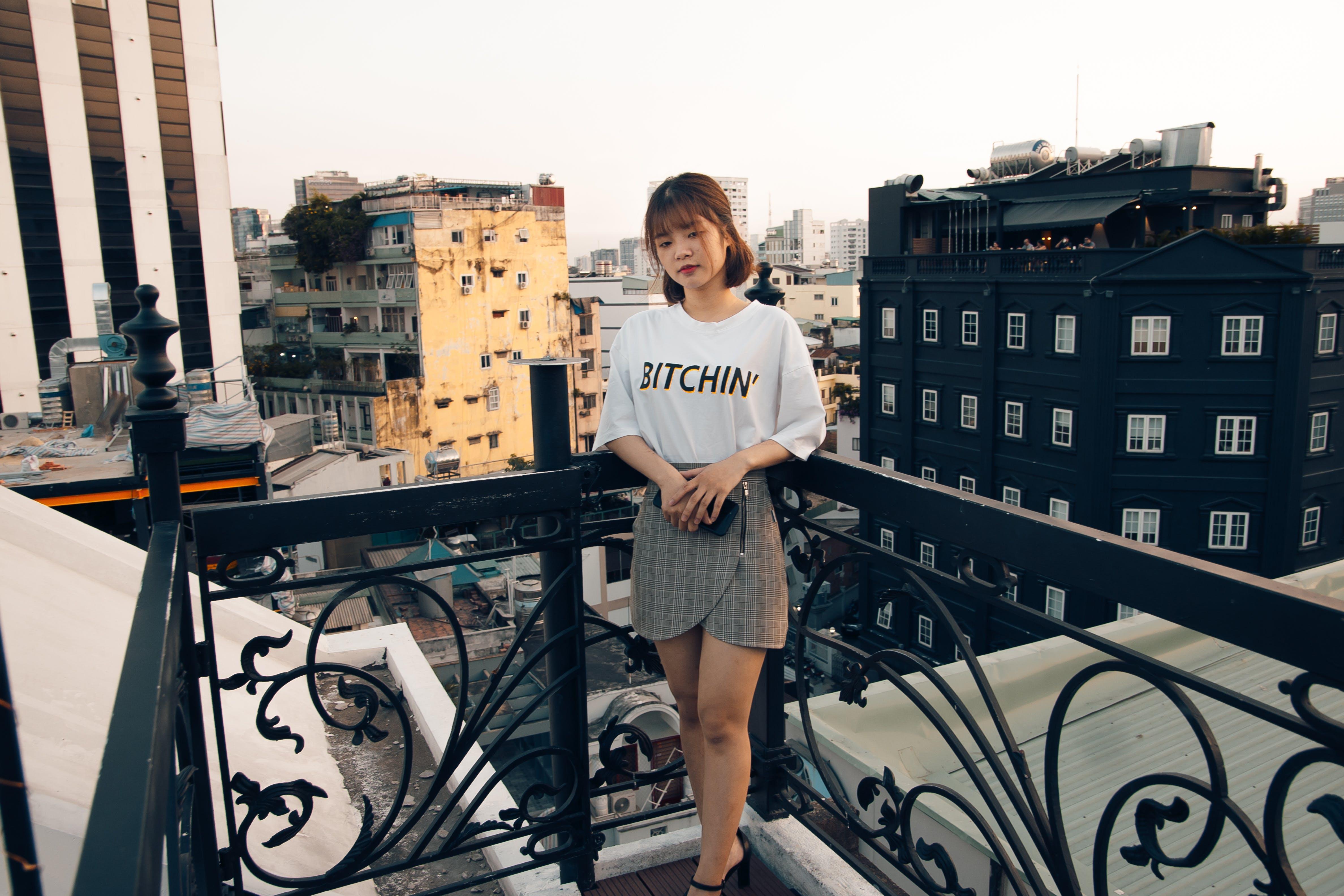 Základová fotografie zdarma na téma architektura, asiatka, balkon, brunetka