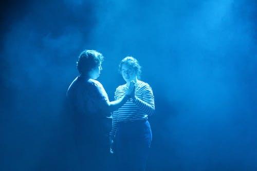 Бесплатное стоковое фото с девочка, держаться за руки, мальчик, на сцене