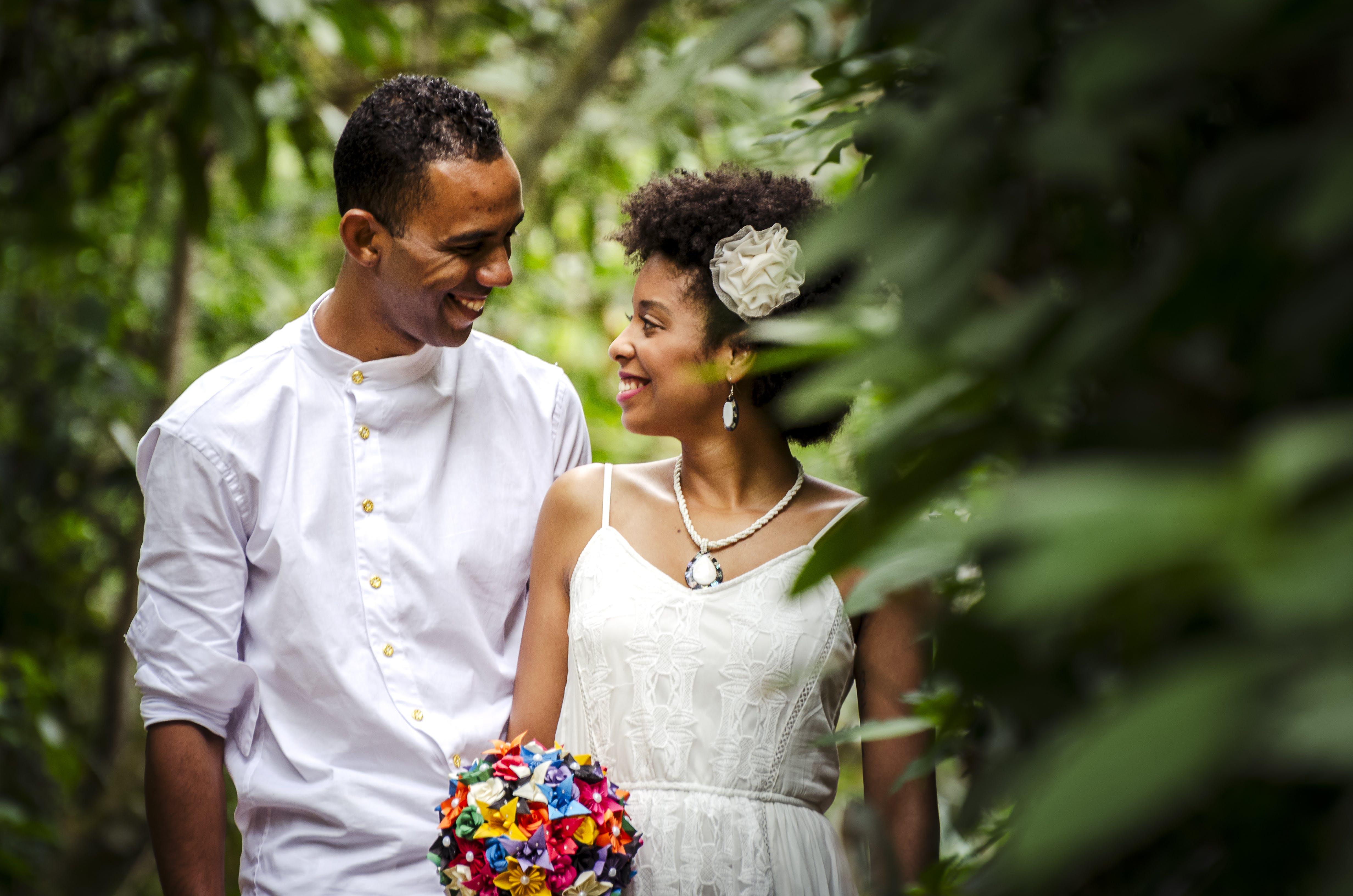 Gratis lagerfoto af brud og gom, bryllup, dagslys, fokus