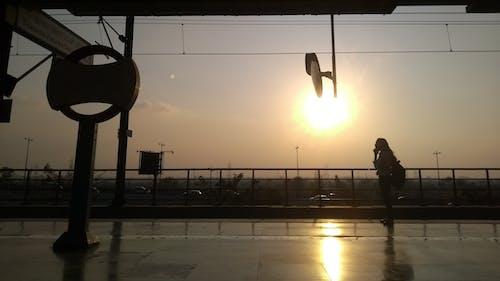 Foto d'estoc gratuïta de amb silueta, arribant, estació, estació de ferrocarril