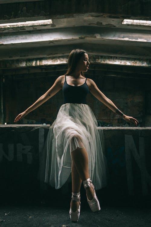 よそ見, バレエダンサー, バレリーナ, ブルネットの無料の写真素材