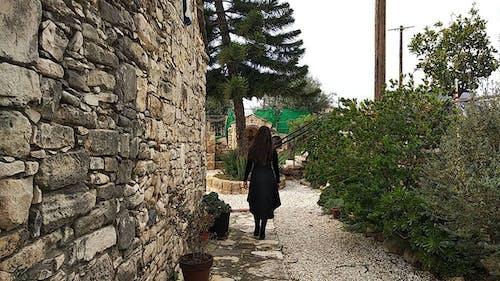Immagine gratuita di chiesa, donna, edificio della chiesa