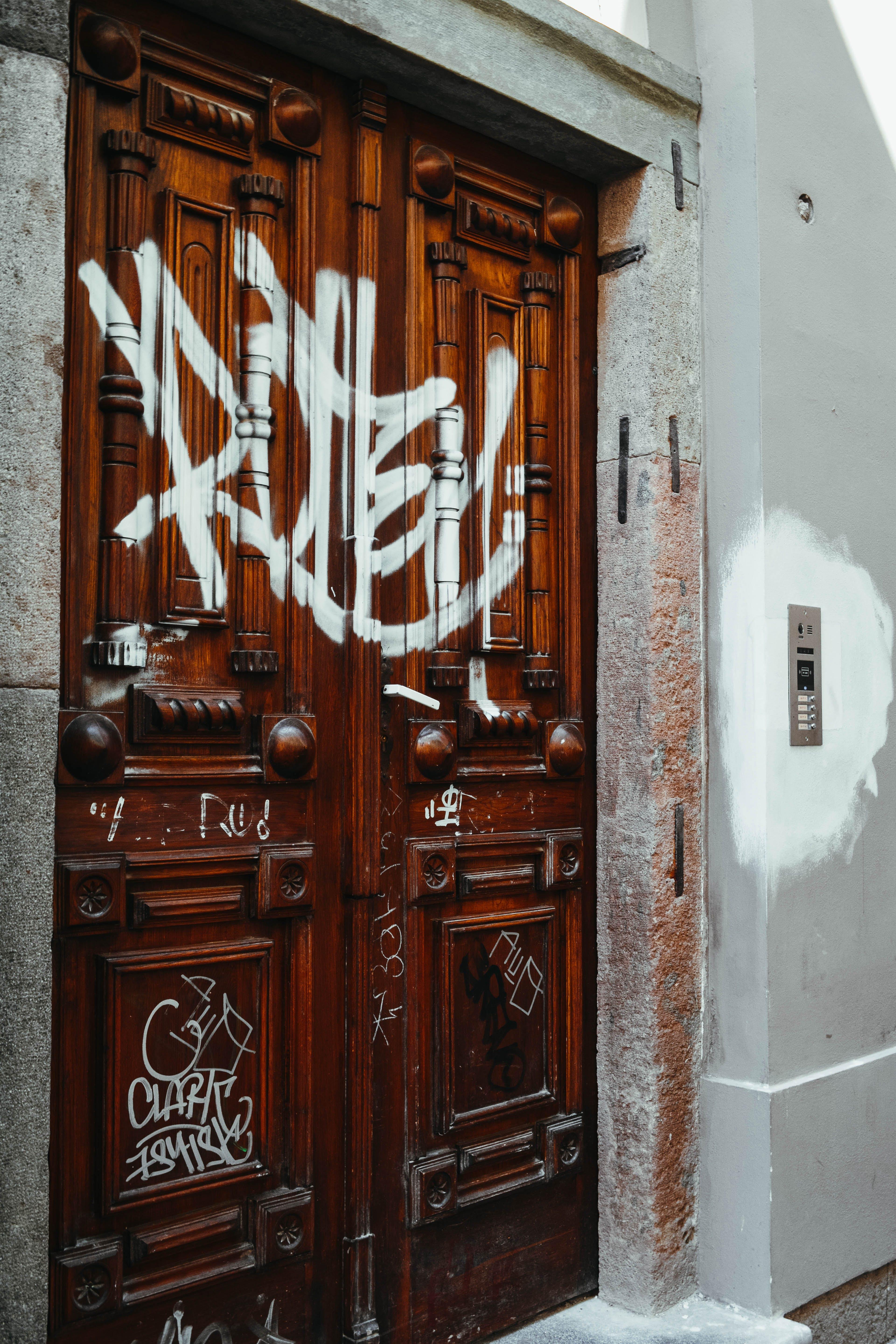 Gratis arkivbilde med bygning, dør, døråpning, graffiti