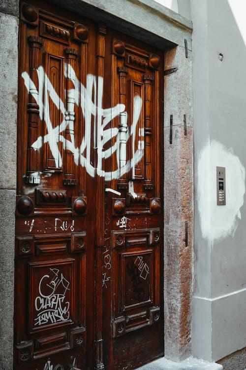 ahşap, bina, duvar yazısı, Giriş içeren Ücretsiz stok fotoğraf