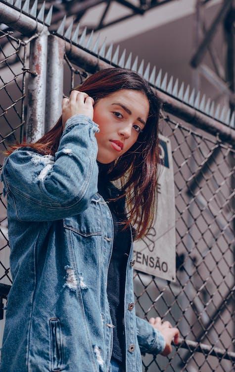 брюнетка, джинсовая куртка, женщина