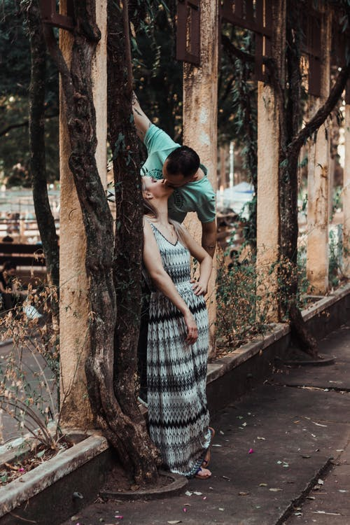 Бесплатное стоковое фото с бойфренд, девушка, дерево, женщина