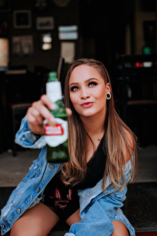Δωρεάν στοκ φωτογραφιών με casual, αίγλη, αλκοολούχο ποτό, άνθρωπος