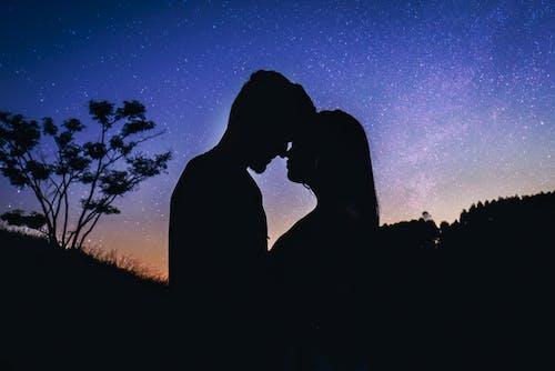 Darmowe zdjęcie z galerii z astronomia, casal, całowanie, chłopak