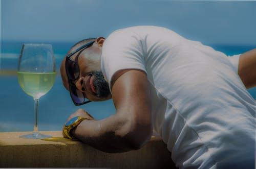 Δωρεάν στοκ φωτογραφιών με beach hotel, απεριόριστες διακοπές, αφροαμερικανός άντρας, γενειοφόρος νεαρός άνδρας