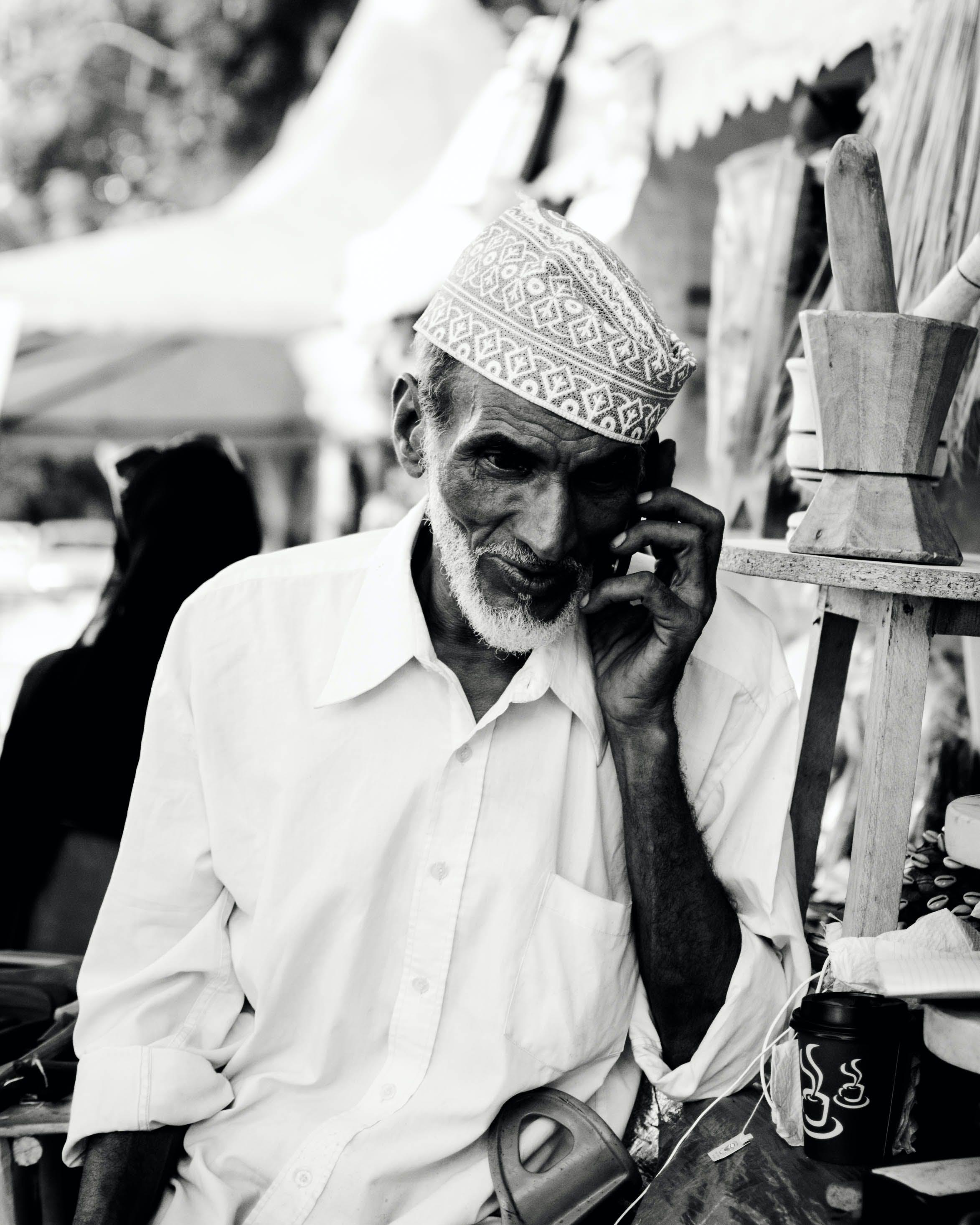 adam, konuşmak, siyah ve beyaz, telefon içeren Ücretsiz stok fotoğraf