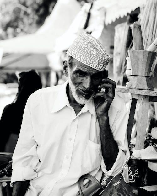 Δωρεάν στοκ φωτογραφιών με άνδρας, ασπρόμαυρο, γέρος, ομιλία