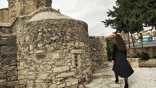 Foto stok gratis bangunan gereja, gereja, perempuan berkulit hitam