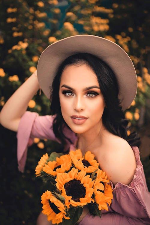 Kostnadsfri bild av ansiktsuttryck, blommor, elegant, falla