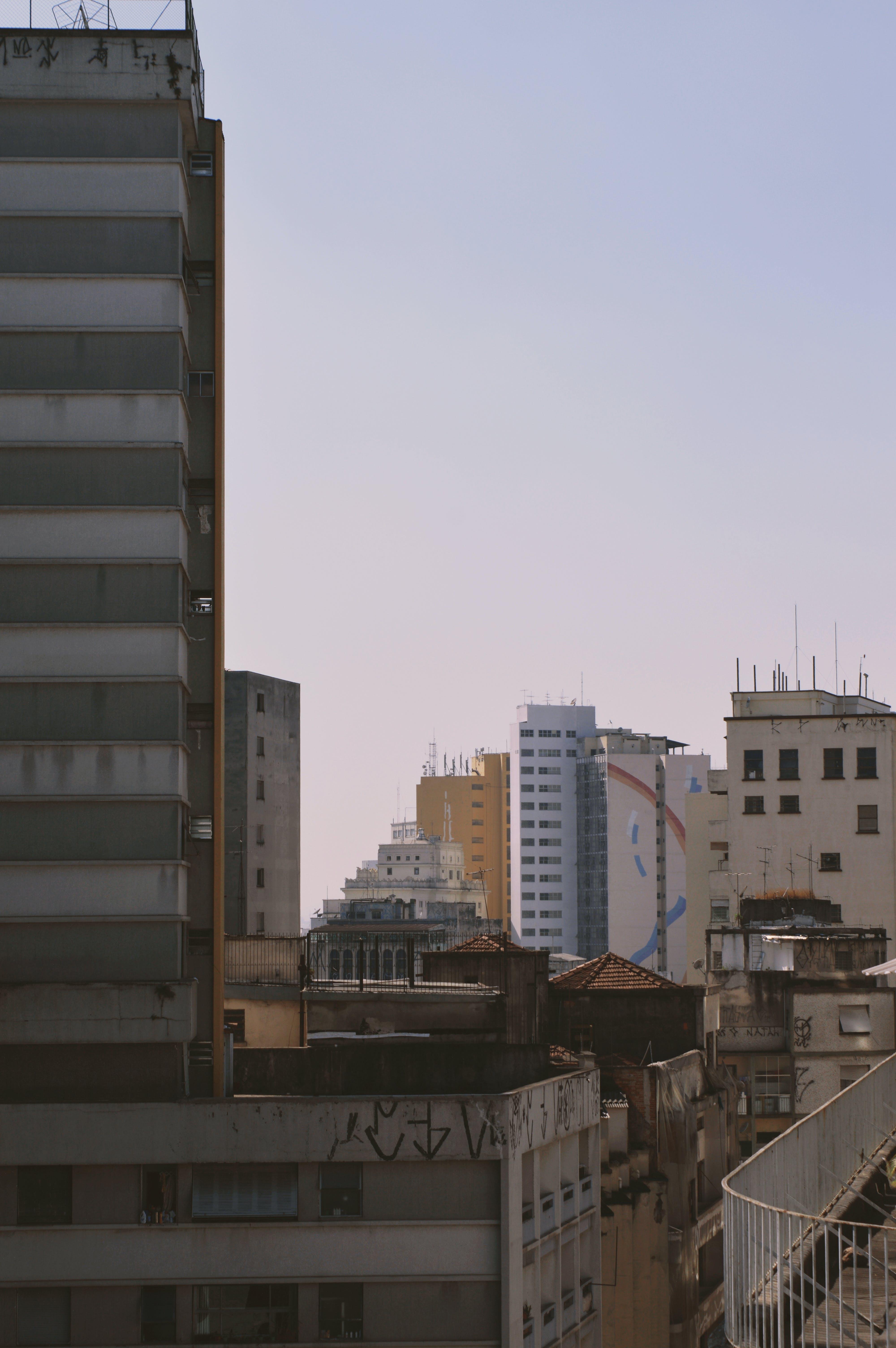 Kostenloses Stock Foto zu apartmentgebäude, gebäude, himmel, lila himmel