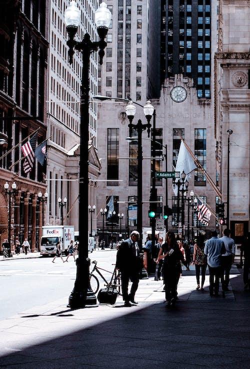 Foto d'estoc gratuïta de a l'aire lliure, arquitectura, banderes, carrer
