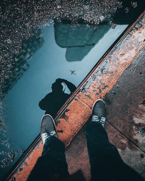 Gratis lagerfoto af fodtøj, fortov, fødder, refleksion