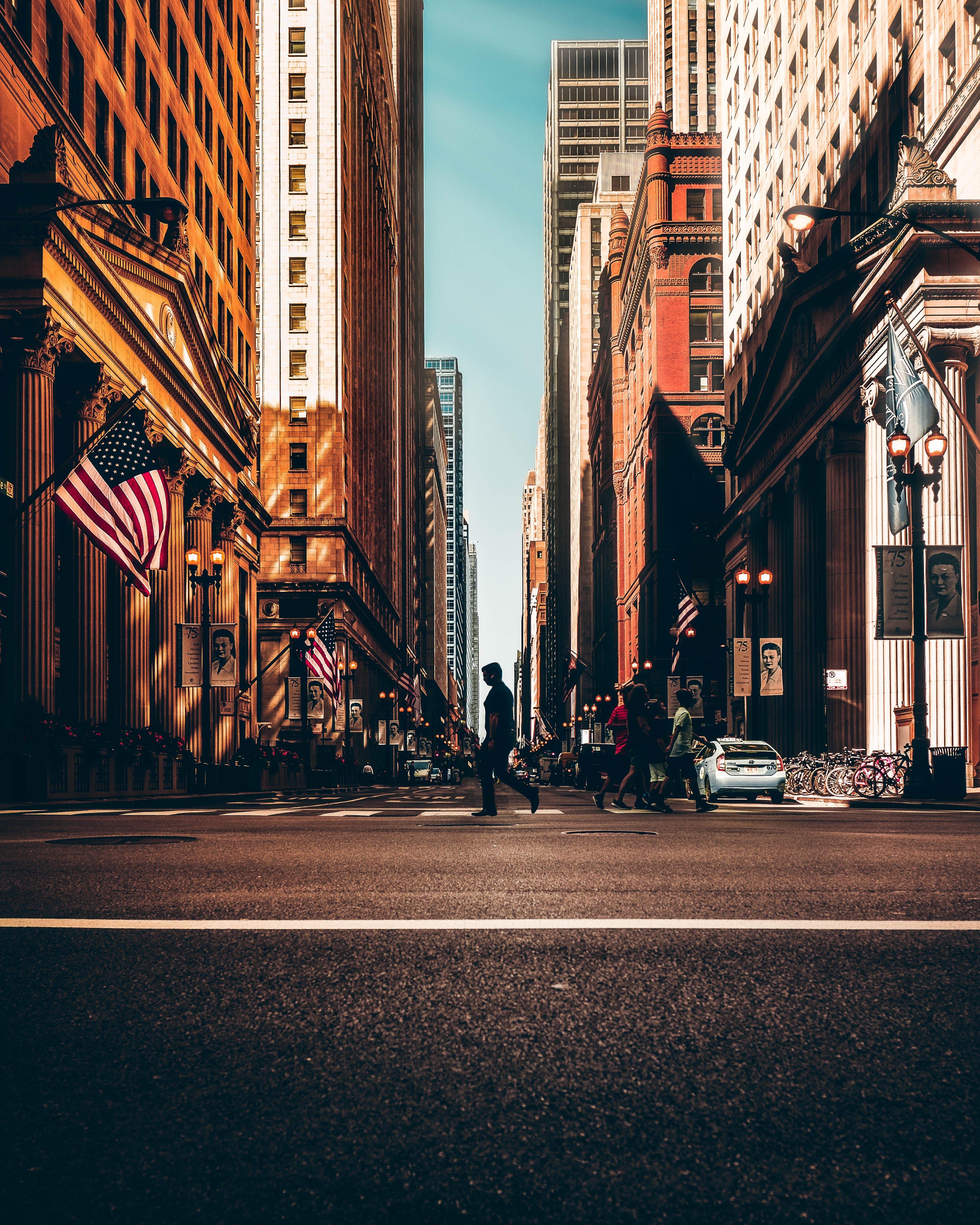 Ingyenes stockfotó Amerikai zászlók, aszfalt, autók, belváros témában
