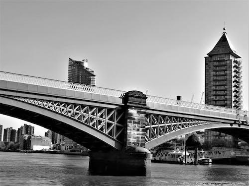 Gratis lagerfoto af arkitektur, båd, bro, by