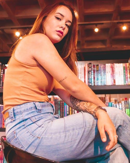 かわいい女の子, タトゥー, ライト, 書棚の無料の写真素材