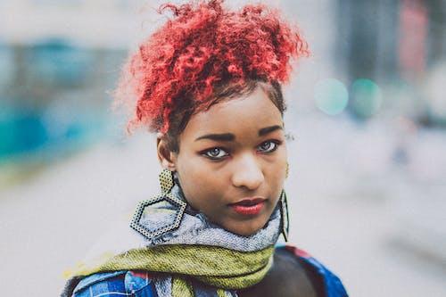 Photos gratuites de boucles d'oreilles, cheveux naturels, cheveux roux, coiffure