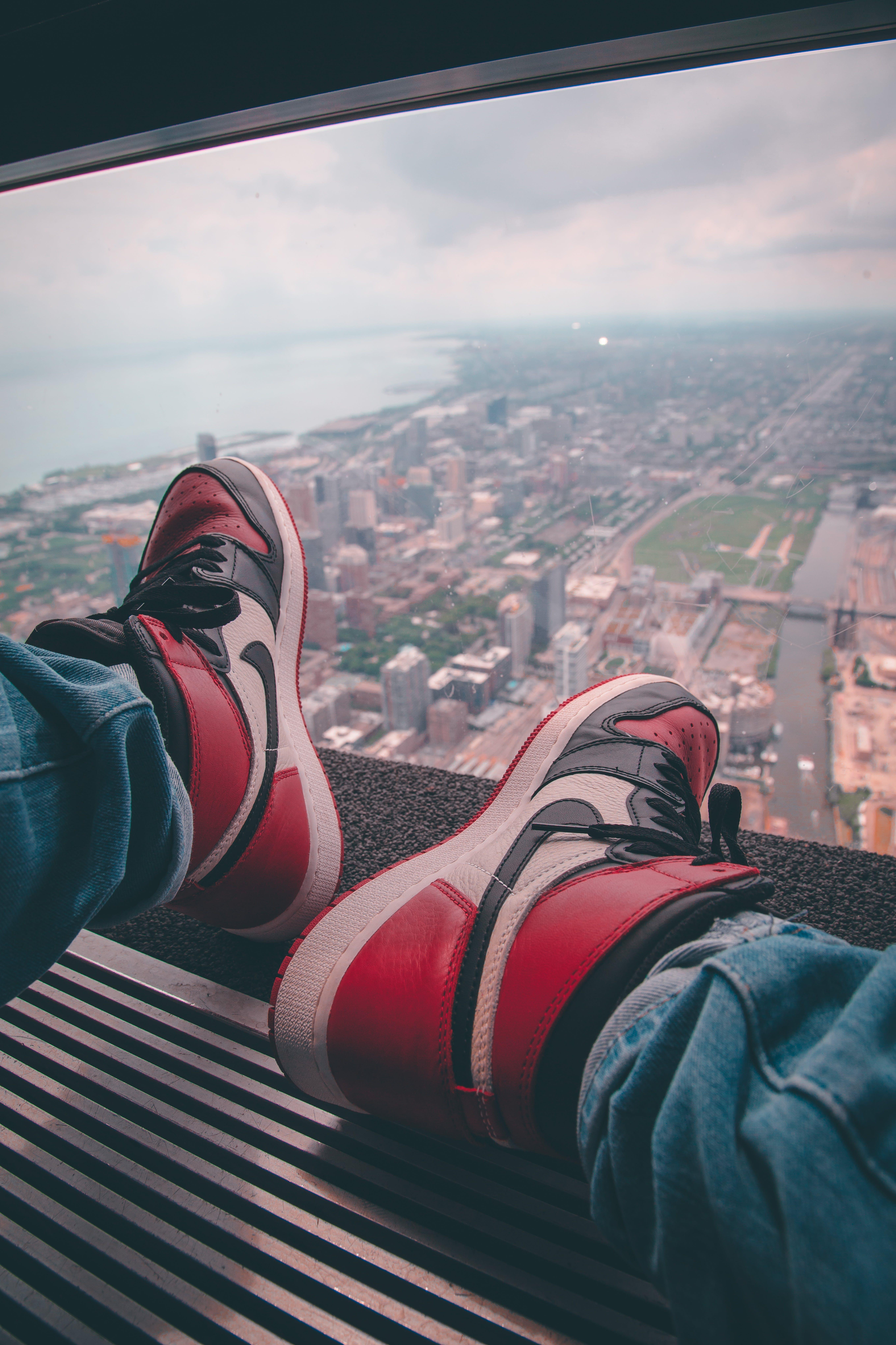 Základová fotografie zdarma na téma air jordan, architektura, boty, budovy