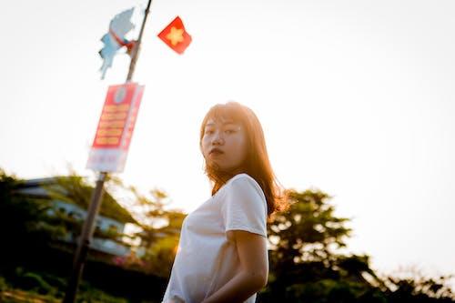 亞洲女人, 低角度拍攝, 咖啡色頭髮的女人, 女人 的 免费素材照片