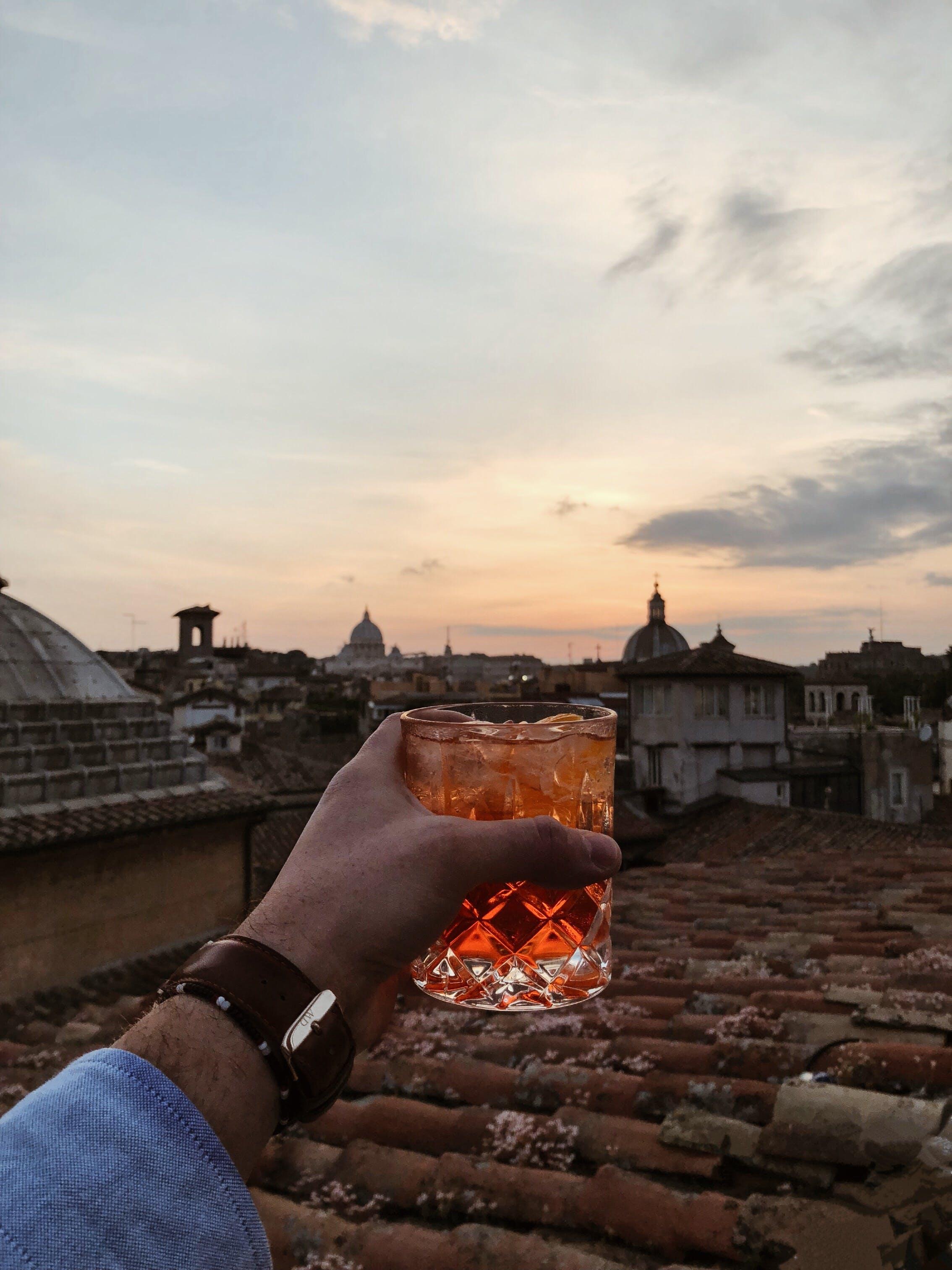 Kostenloses Stock Foto zu abend, alkoholisches getränk, architektur, dach