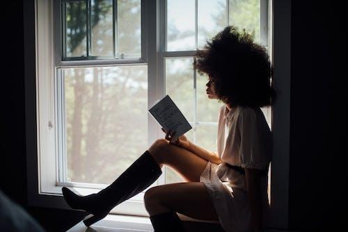 Vrouwenzitting Op Venster Leesboek