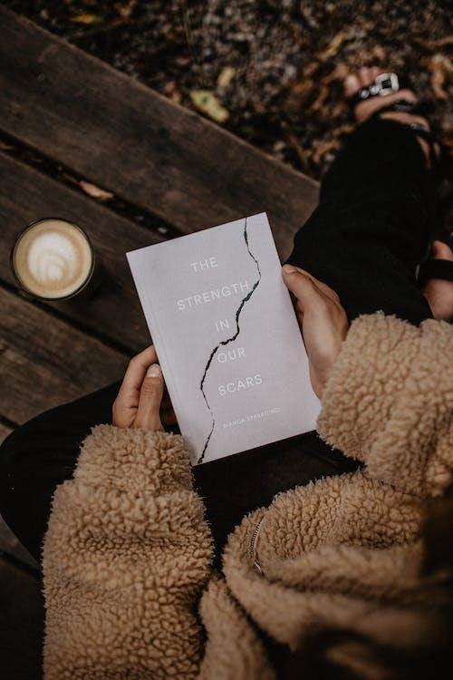 Δωρεάν στοκ φωτογραφιών με αποσπάσματα, βιβλίο, γυναίκα, κακόκεφος