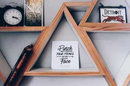 Gratis stockfoto met boekenplank, citaat, citaten, creditcard
