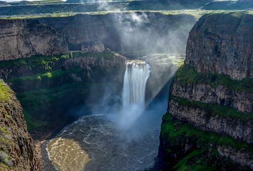 Fotobanka sbezplatnými fotkami na tému hmla, vodopád, zelená