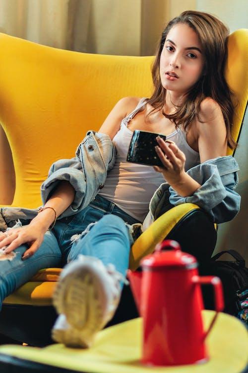 Foto d'estoc gratuïta de adult, assegut, bellesa, bonic